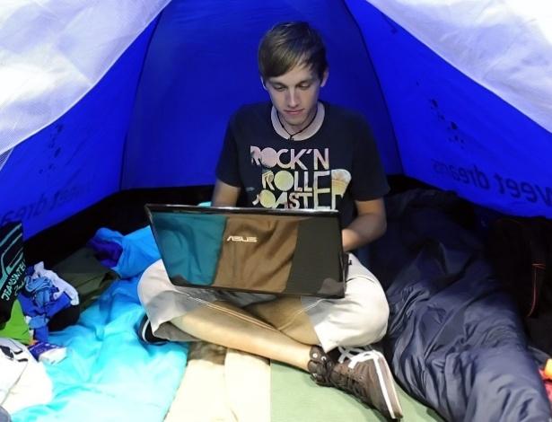 ''Campuseiro'' usa computador dentro de barraca na Campus Party Berlim, na Alemanha. O mar de barracas já é velho conhecido que quem participa da Campus Party Brasil