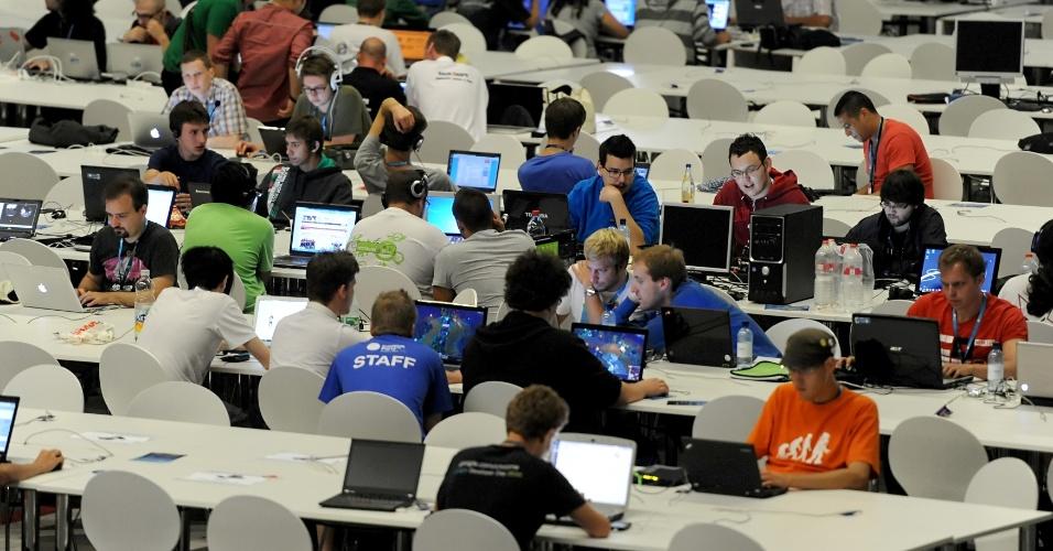 Centenas de jovens ocupam as bancadas com conexão de 160 Gbps na Campus Party Berlim, na Alemanha