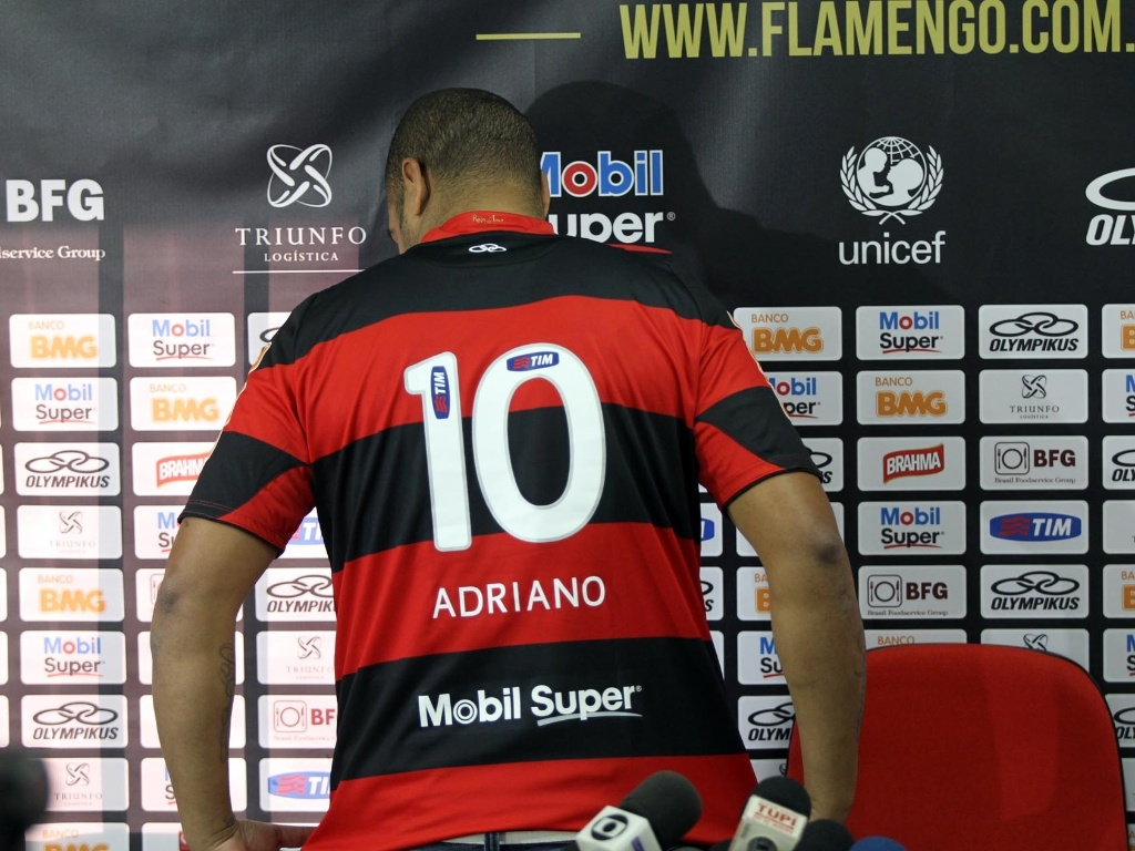 Com o nmero 10 s costas, Adriano  apresentado e inicia terceira passagem pelo Flamengo