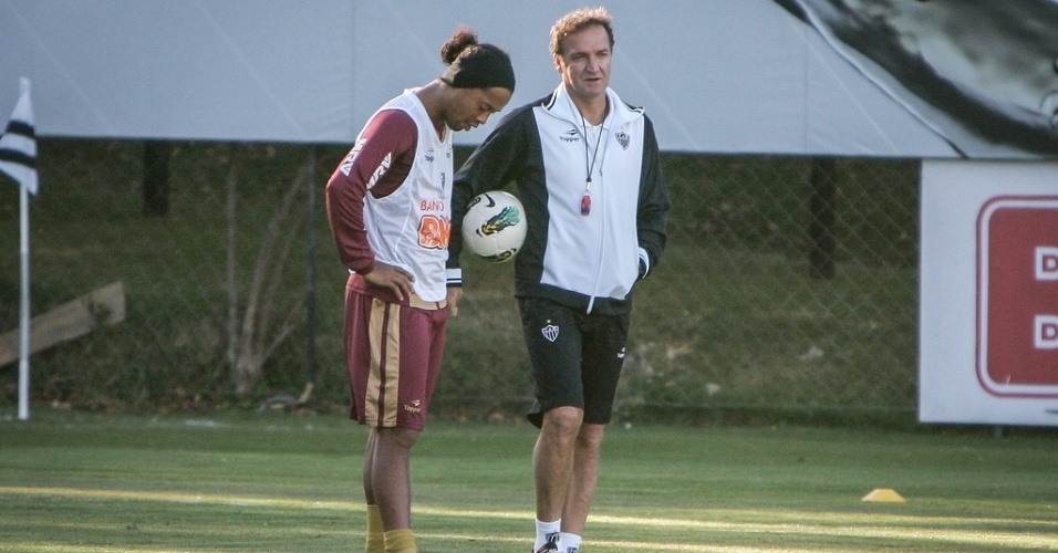Cuca conversa com Ronaldinho Gacho durante treino do Atltico-MG (22/8/2012)