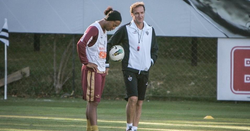 Cuca conversa com Ronaldinho Gaúcho durante treino do Atlético-MG (22/8/2012)