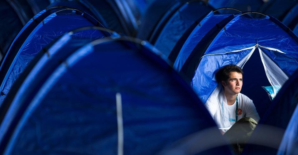 Jovem espanhol descansa em barraca montada no acampamento da Campus Party em Berlim, na Alemanha