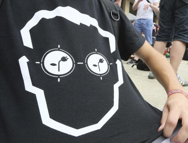 Jovem mostra camiseta geek na Campus Party de Berlim, na Alemanha. Assim como no Brasil, evento reúne fãs de tecnologia em um (enorme) acampamento com conexão de internet ultraveloz