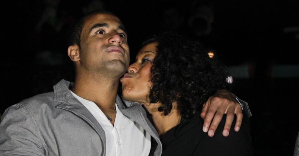 Lucas ganha beijo da mãe durante comemoração de aniversário em festa em São Paulo