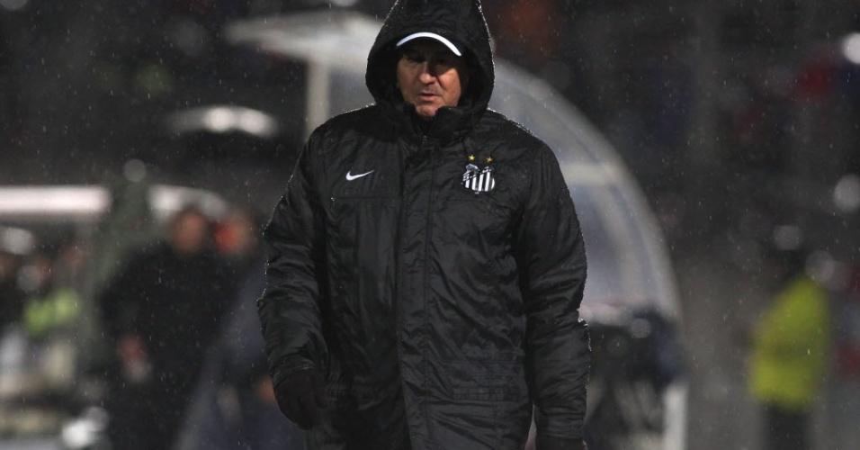 Muricy usa capa para se proteger da forte chuva que cai em Santiago