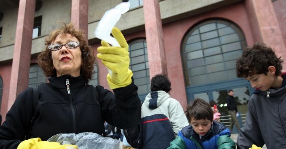 O projeto de Nele Azevedo já passou por diversas cidades do mundo, entre elas Berlim e Roma. As esculturas demoram cerca de 30 minutos para derreter, tempo que Nele usa para fazer seu protesto (22/8/2012)
