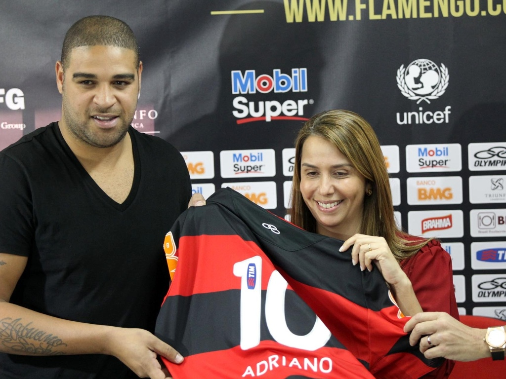 Patricia Amorim entrega camisa 10 do Flamengo para o atacante Adriano durante apresentao