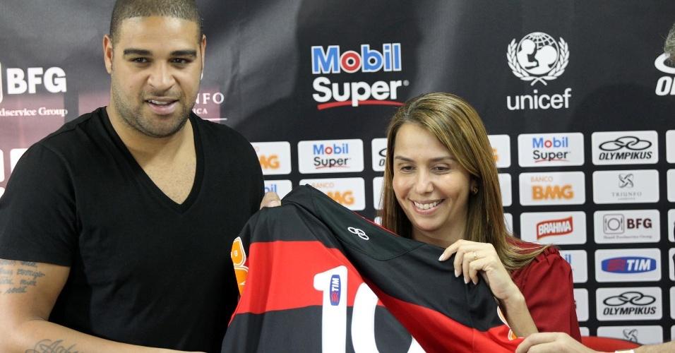 Patricia Amorim entrega camisa 10 do Flamengo para o atacante Adriano durante apresentação