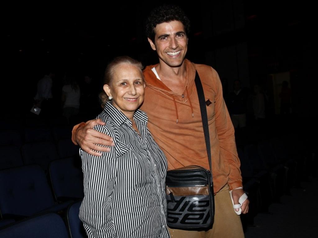 Reynaldo Gianecchini assiste à peça