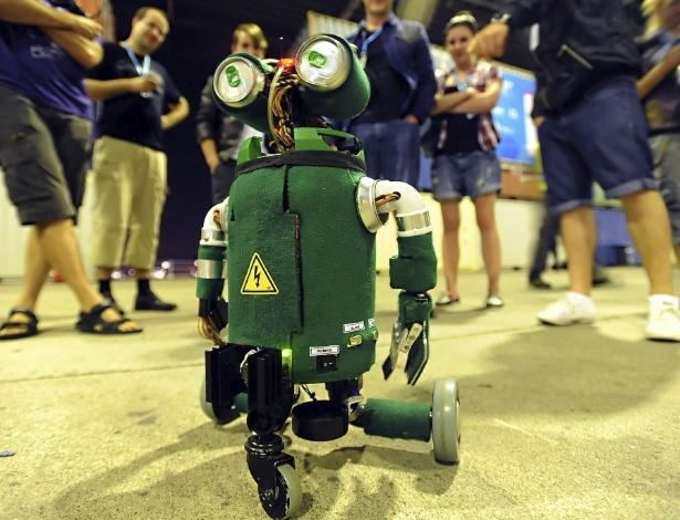 Robô criado com sucata por participantes da Campus Party em Berlim, na Alemanha, atrai dezenas de curiosos ao passear pelo evento