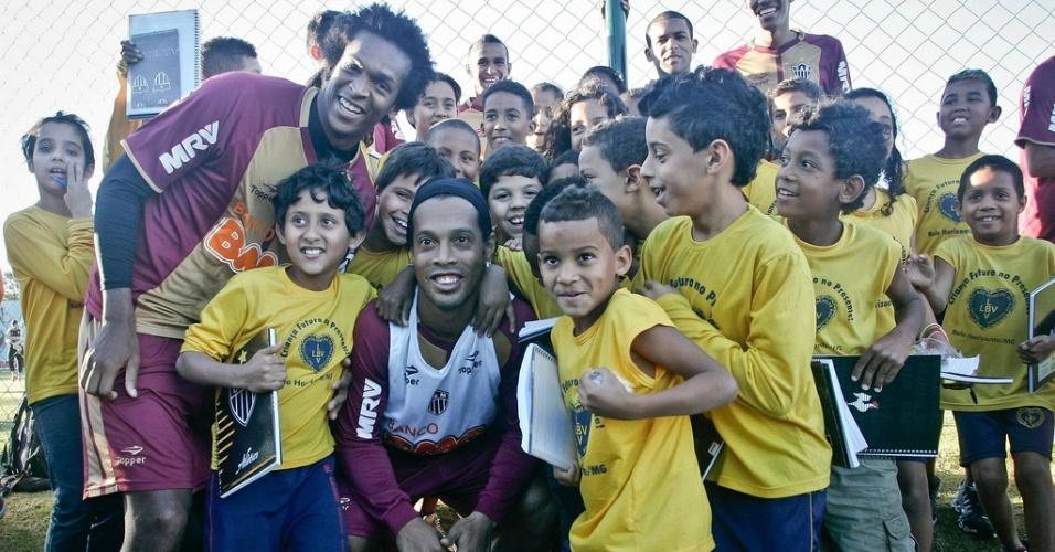 Ronaldinho Gaúcho é cercado por crianças de projeto social na Cidade do Galo (22/8/2012)