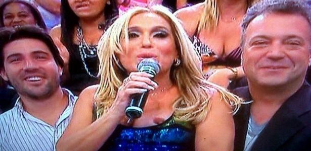 Susana Vieira deixou um dos seios à mostra durante participação no programa