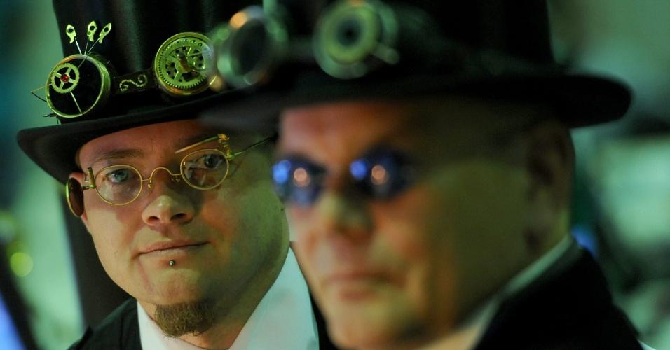 Sven Moller (esq.), que atende pelo apelido de almirante ''Aaron Ravensdale'', e Jochen Enderlein, que se autodenomina ''Horatius Steam'', participam da Campus Party em Berlim, na Alemanha