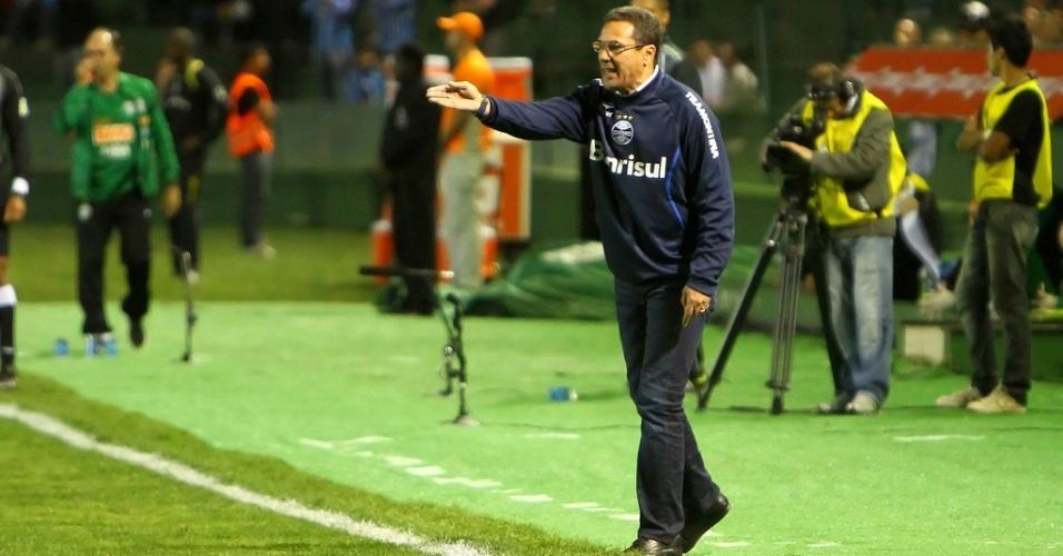 Vanderlei Luxemburgo orienta jogadores do Grêmio na derrota para o Coritiba (22/08/2012)