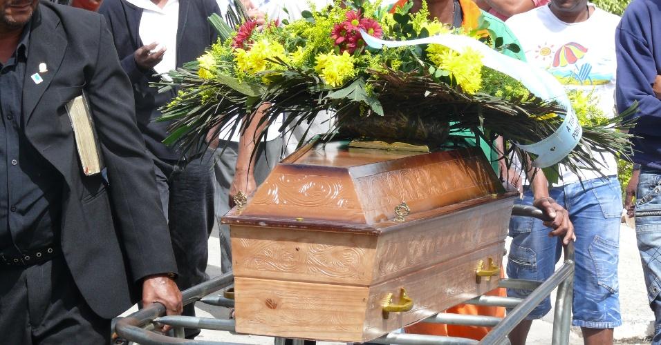23.ago.2012 - Caixão com corpo de primo do goleiro Bruno é levado para a sepultura no cemitério da Saudade, em Belo Horizonte