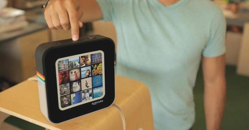 23.ago.2012 - O Instacube é um visualizador de fotos da rede social Instagram. Baseado no sistema Android, o aparelho tem uma tela de 6,5 polegadas touchscreen, tem conexão sem fio e 256 MB de memória RAM. A ideia do aparelho, desenvolvido pela DM, é ter um porta-retrato baseado no feed do usuário do Instagram. Ele conta com três botões: um para ligar, outro para alternar a interface de feed (é possível, por exemplo, ver as imagens do próprio feed ou exibir as mais populares) e um terceiro para curtir fotos