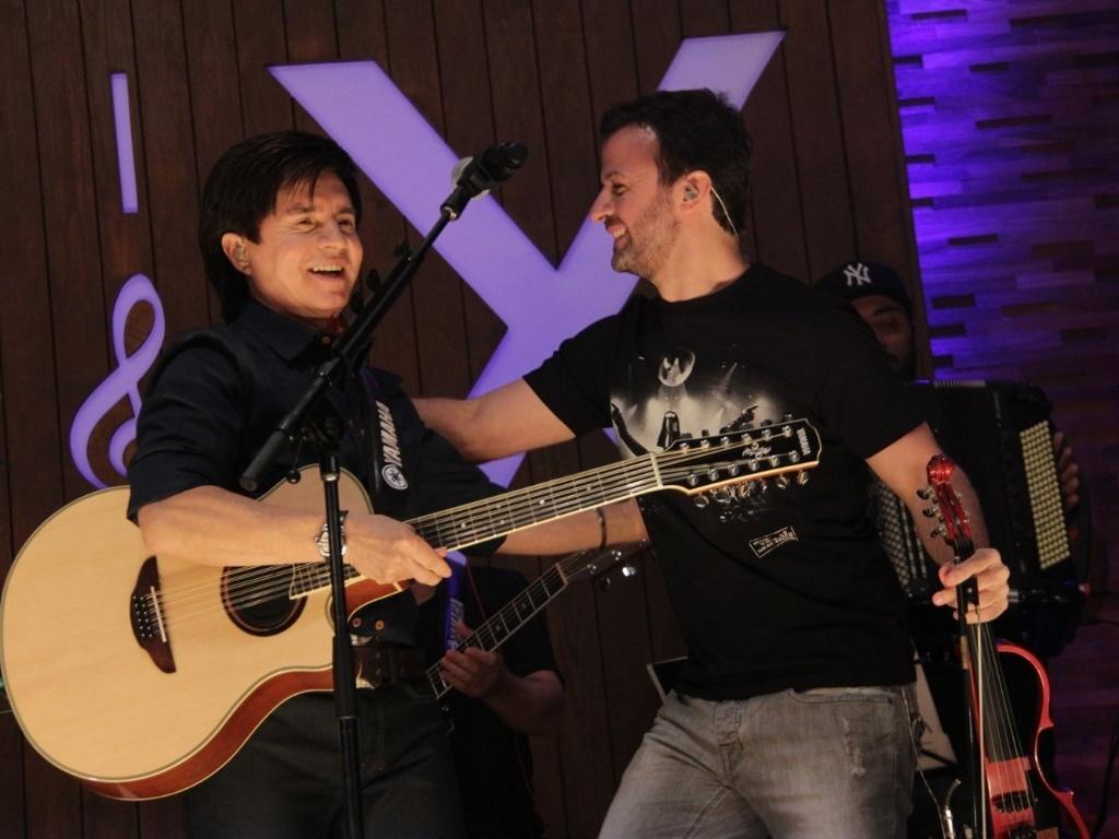 Amon Lima é recebido por Xororó no palco durante a apresentação (23/8/12)