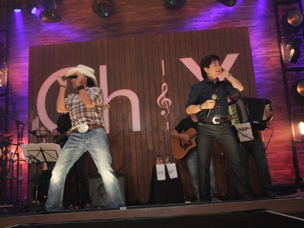 Chitãozinho canta na casa sertaneja Wood's Bar na gravação