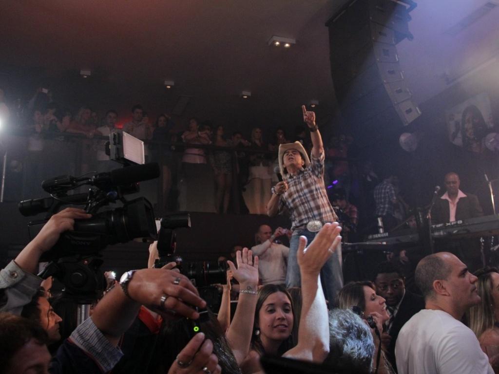 Chitãozinho interage com o público durante sua apresentação na Vila Olímpia, em São Paulo (23/8/12)