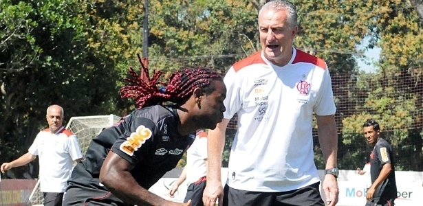 Dorival Júnior orienta Vagner Love durante treino físico no CT do Flamengo