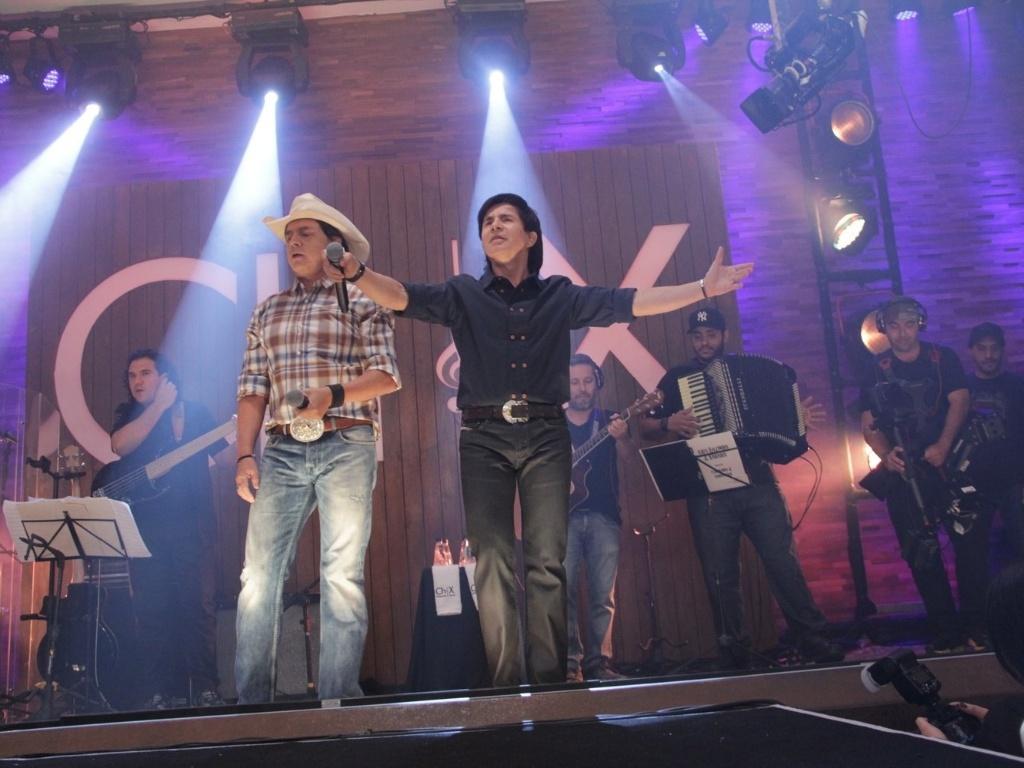 Durante sua carreira de mais de 40 anos, Chitãozinho & Xororó lançaram 34 álbuns inéditos e 6 DVDs (23/8/12)