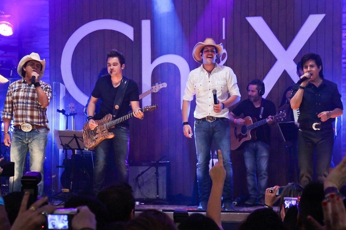 Fernando e Sorocaba (ao centro) se apresentaram junto de Chitãozinho & Xororó (23/8/12)