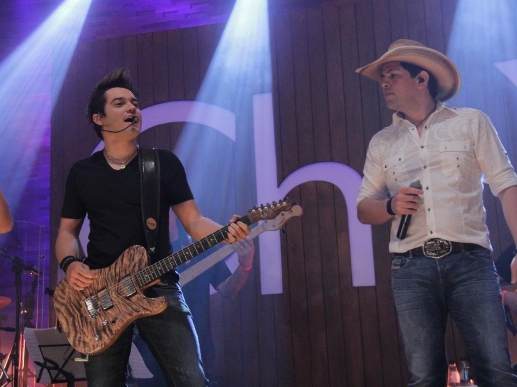 Fernando e Sorocaba sobem no palco para cantarem junto de Chitãozinho e Xororó durante o show (23/8/12)