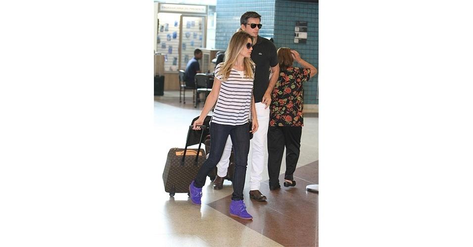 Flávia Alessandra levantou seu look com um sneaker roxo. A atriz harmonizou bem as proporções, combinando o calçado volumoso com uma calça jeans skinny e camiseta larguinha