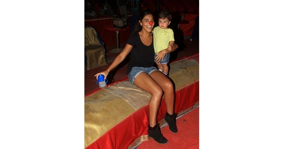 Juliana Paes apostou numa combinação básica para levar a família ao circo. O sneaker preto foi usado com shortinho jeans e camiseta básica