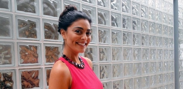 Juliana Paes posa nos bastidores do 