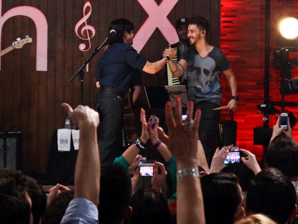 Junior Lima cumprimenta o pai Xororó durante o show