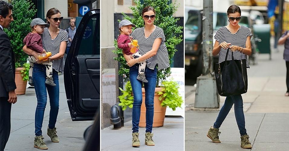 """A modelo Miranda Kerr usa o tênis de salto embutido com calça jeans bem justa no corpo e camiseta soltinha, deixando o """"peso"""" do look todo nos pés. A silhueta esguia da top favorece o uso do sneaker de uma maneira harmoniosa"""
