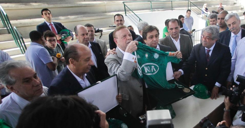 Presidente da CBF, José Maria Marin posa ao lado de camisa do Palmeiras em visita às obras da Arena Palestra