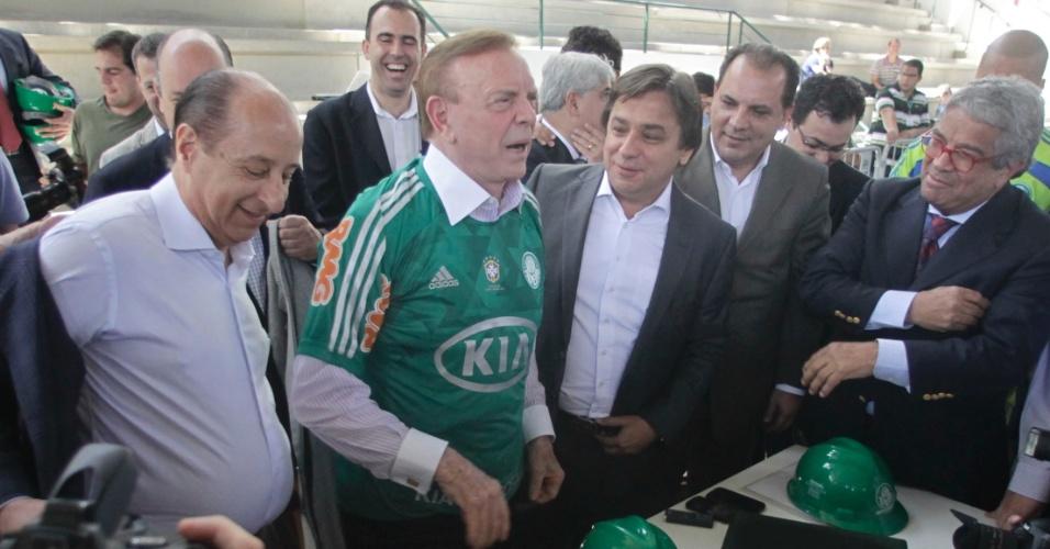 Presidente da CBF, José Maria Marin veste camisa do Palmeiras que ganhou de presente em visita às obras da Arena Palestra