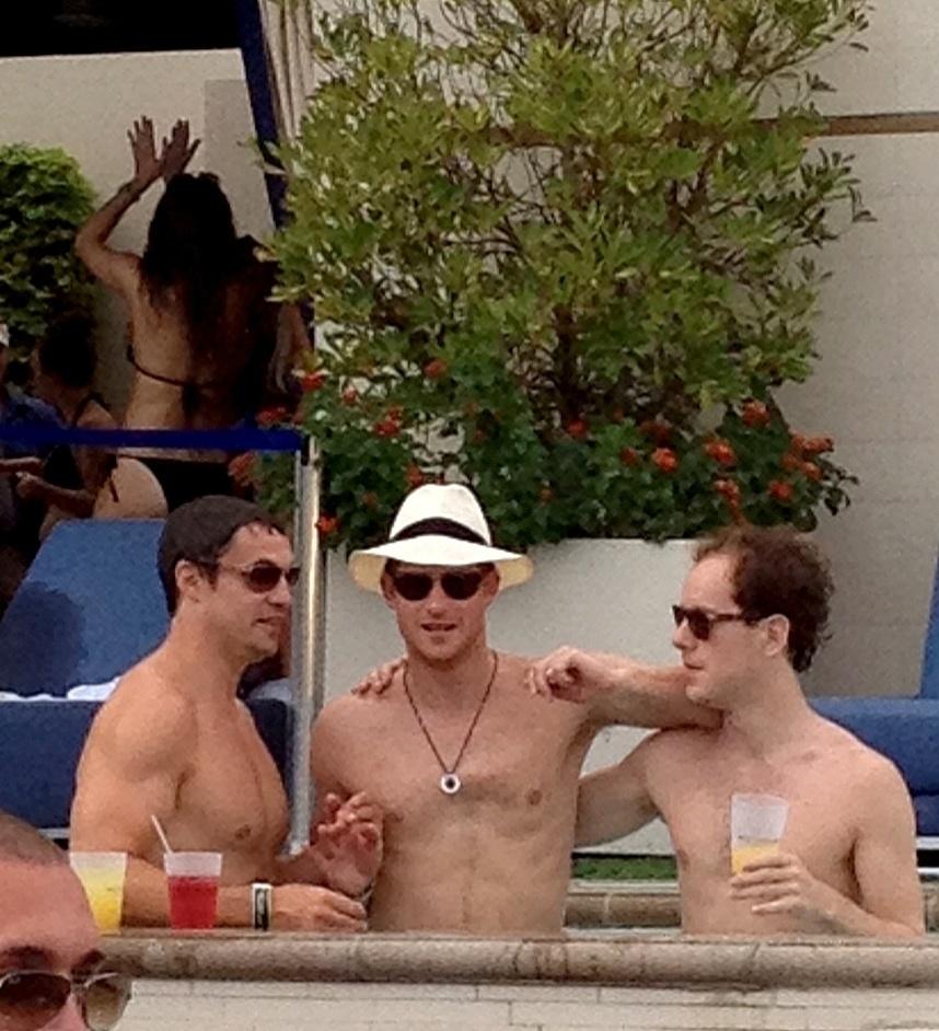 Príncipe Harry se diverte com amigos em uma pool party em Las Vegas (21/8). As fotos foram tiradas no mesmo dia em que o site TMZ divulgou imagens do príncipe nu em um quarto de hotel