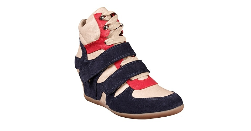 Tênis com salto embutido de camurça e couro em bege, azul marinho e vermelho; R$ 229,90, na Shoestock (www.shoestock.com.br). Preço pesquisado em agosto de 2012 e sujeito a alterações