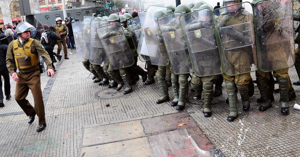 23.ago.2012 - Estudantes chilenos adotaram nova estratégia para exigir uma educação melhor: fizeram várias marchas simultâneas em diferentes bairros de Santiago, mas os protestos terminaram em confrontos com a polícia.Há mais de um ano, alunos têm feito manifestações para pedir mudanças na política educacional do país