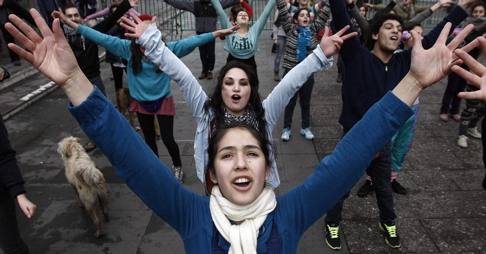 23.ago.2012 - Estudantes chilenos adotaram nova estratégia para exigir uma educação melhor: fizeram várias marchas simultâneas em diferentes bairros de Santiago, no Chile, mas os protestos terminaram em confrontos com a polícia. Há mais de um ano, alunos têm feito manifestações para pedir mudanças na política educacional do país