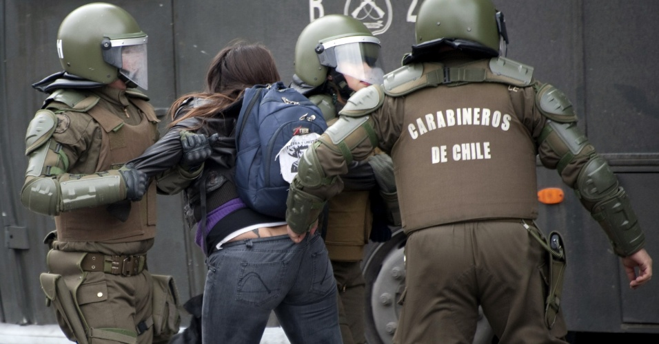 23.ago.2012 - Uma estudante chilena é presa por policiais da tropa de choque durante protesto estudantil para exigir do governo do presidente Sebastián Piñera melhorias na educação pública em Santiago, no Chile