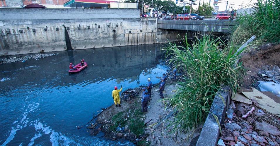 24.ago.2012 - Agentes do Corpo de Bombeiros buscam um suposto morador de rua que estava coletando materiais recicláveis e teria caído num rio na Vila Galvão em Guarulhos (SP), nesta sexta-feira