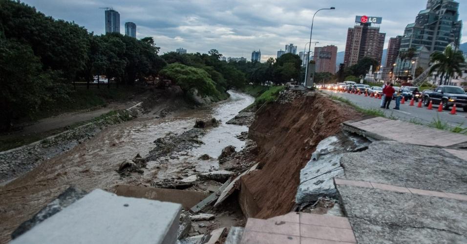 24.ago.2012 - Avenida do centro de Caracas, capital venezuelana, registra deslizamento devido a fortes chuvas que atingem a cidade, nesta sexta-feira (24). O vice-presidente Elías Jaua declarou que os temporais afetaram 400 famílias e que há dois desaparecidos