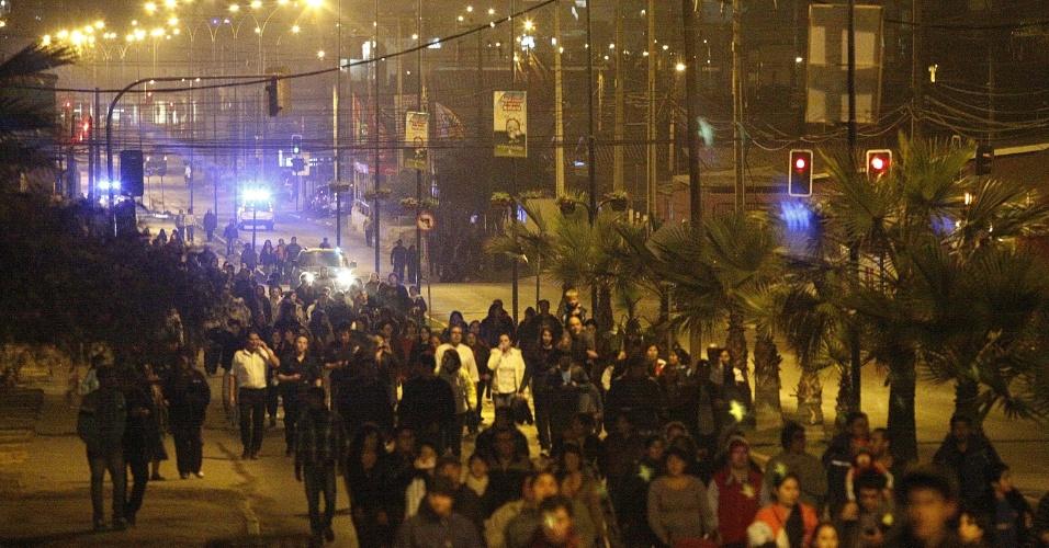 24.ago.2012 - Chilenos participam de simulação de tsunami na cidade litorânea de Iquique, a 1.800 km de Santiago. O teste mobilizou cerca de 70 mil pessoas, de acordo com as autoridades