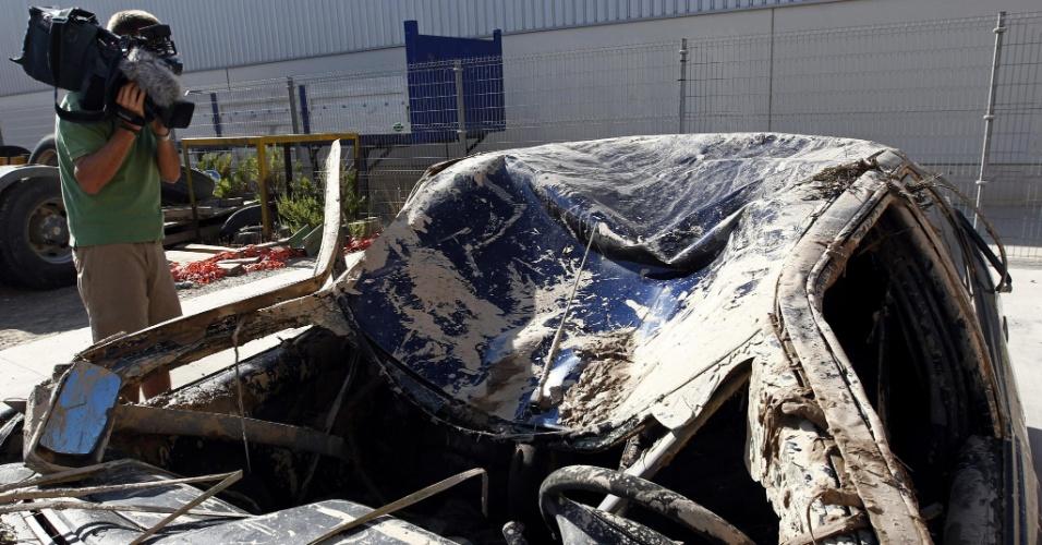 24.ago.2012 - Cinegrafista filma veículo que caiu na noite de quinta (23) no canal Majana, que fica na cidade espanhola de Tudela, em Navarra. Quatro pessoas morreram no acidente, três delas menores de idade. As crianças tinham 13, 12 e 10 anos
