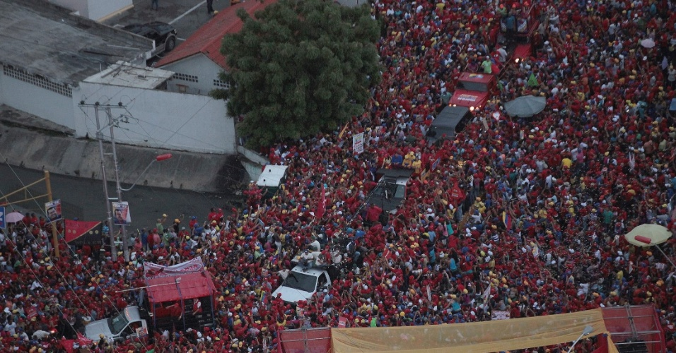 24.ago.2012 - Comício do presidente venezuelano e candidato à reeleição, Hugo Chávez, reúne milhares de apoiadores em Cumana