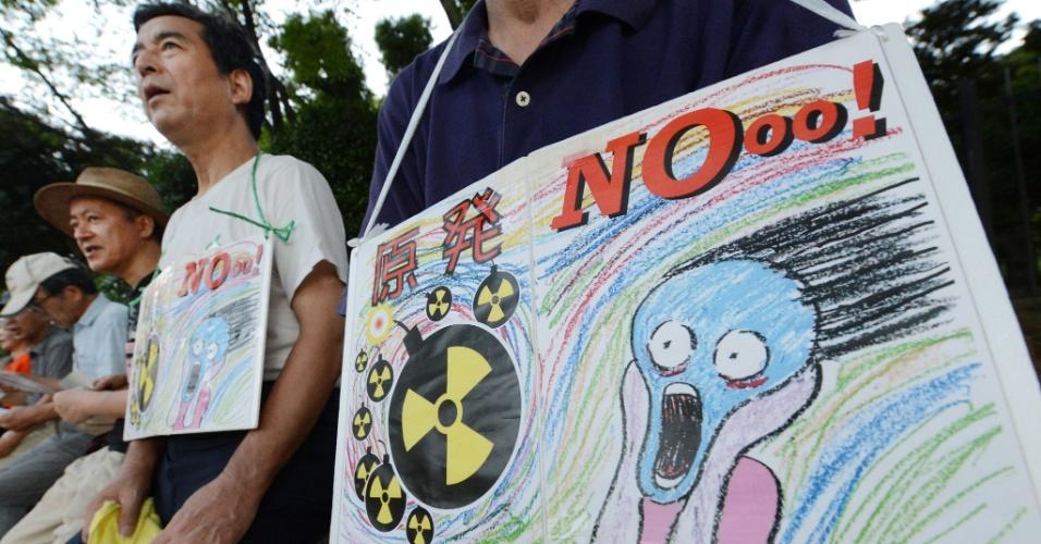 24.ago.2012 - Comício reúne mais de 1.000 manifestantes em frente ao parlamento japonês, em Tóquio. Desde que o premiê Yoshihiko Noda anunciou, em junho passado, que iria religar dois reatores de usina nuclear, grupo organiza protestos contra o uso da energia nuclear no país