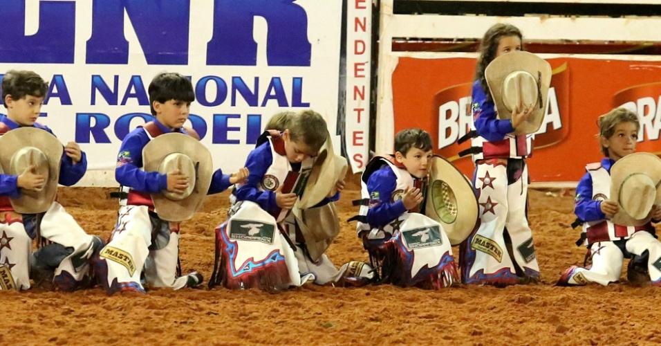 24.ago.2012 - Crianças ajoelhadas aguardam início de prova na Festa do Peão de Barretos, no interior de São Paulo, nesta sexta-feira (24)