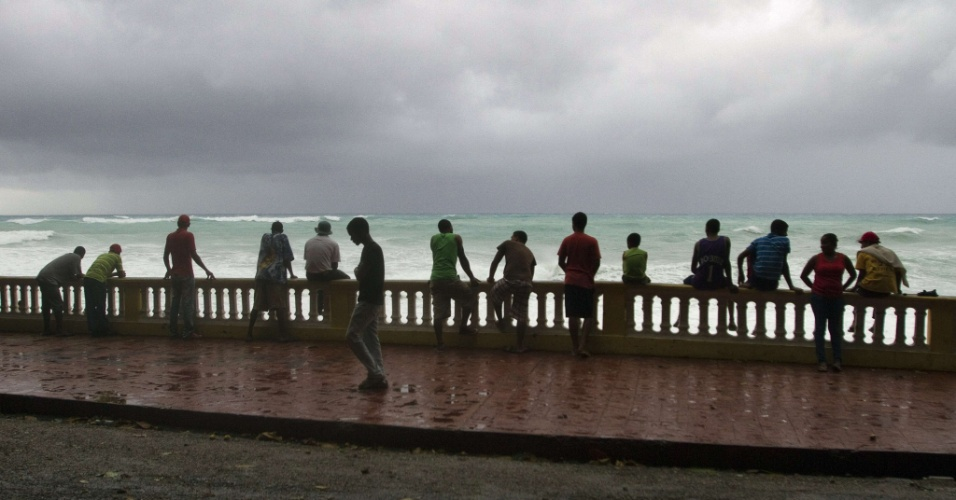 24.ago.2012 - Dominicanos olha a tempestade Isaac se aproximar em Bahoruco, na República Dominicana