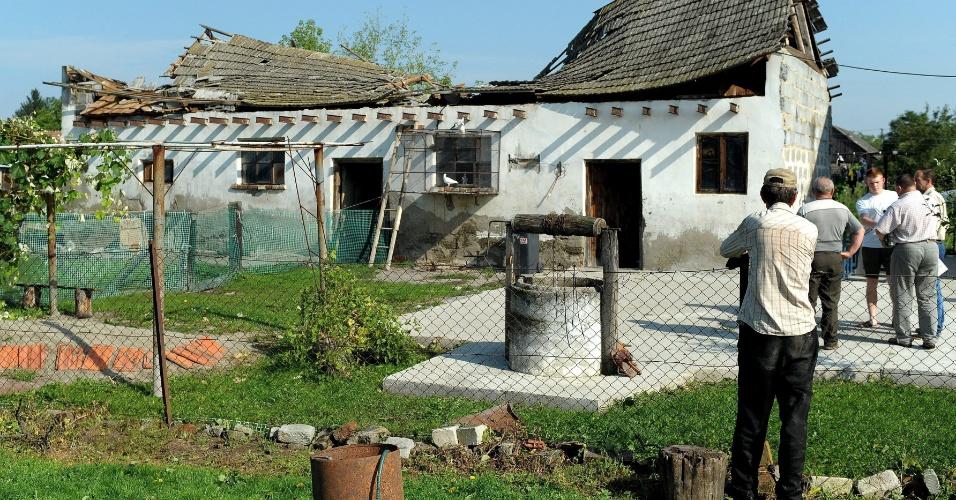 24.ago.2012 - Estábulos ficaram com a estrutura destruída após forte chuva de granizo nesta sexta-feira (24) em Naklo, na Polônia. Mais de doze casas ficaram danificadas na região de Podkarpacie