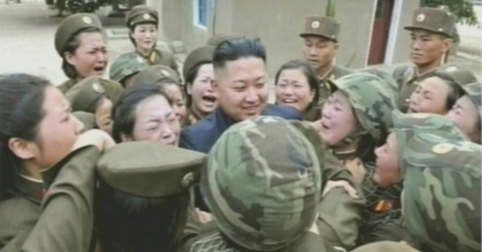 24.ago.2012 - Imagem divulgada nesta sexta-feira (24), mostra o líder da Coreia do Norte, Kim Kong-un, rodeado de mulheres soldadas durante visita a unidade do Exército do país, em local não identificado