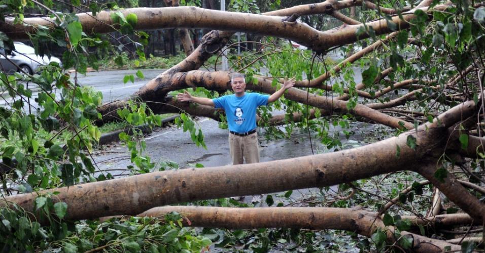 24.ago.2012 - Imagem mostra morador entre árvores que foram derrubadas nesta sexta-feira (24), após passagem do tufão Tembin, em Taitung, no leste de Taiwan (China). Segundo a agência AFP, ao menos 5.000 pessoas foram evacuadas das regiões expostas a deslizamentos de terra diante da ameaça do tufão, de categoria 4, que atingiu o condado de Pingtung